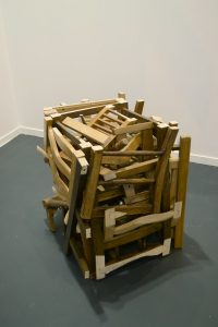 "Hisae Ikenaga, ""Cube of chairs"", 2012. 12 chairs & screws. 65 x 65 x 65 cm. Cortesía: Hisae Ikenaga, 2016."